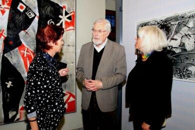 Zur Eröffnung der Eczko-Schau in Falkenstein vor einem knappen Jahr: Horst Eczko im Gespräch mit Uta Holtkötter (li) und Marita Bertha aus Lengenfeld.