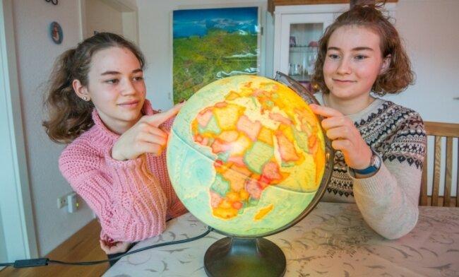Die Schwestern Julia Marie (links) und Emma Clarissa Richter besuchen die Oberschule Neukirchen. Bei der aktuellen Sächsischen Geografie-Olympiade habe sie bislang in den Wettkampfrunden stets vordere Plätze belegt.