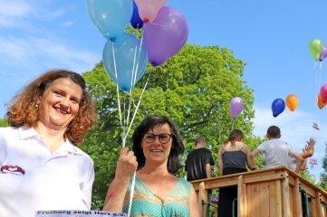 """Heike Matschos von """"Freiberg zeigt Herz"""" (l.) und Kinderheimleiterin Sybille Clemens lassen mit Kindern Luftballons aufsteigen."""