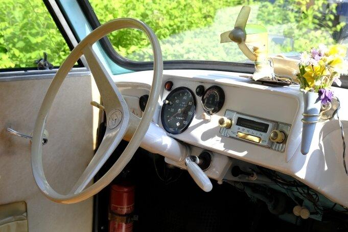 Das Cockpit des Trabant aus dem Jahr 1963. Sogar das Radio ist nochoriginal.