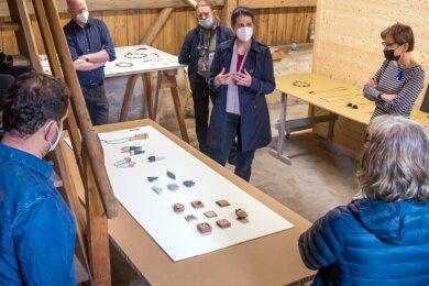 Noch in der Entwicklung: Silke Trekel, Schmuckkünstlerin aus Halle/Saale, stellt ihre Entwürfe den versammelten Künstlern, Designern und Handwerkern vor.