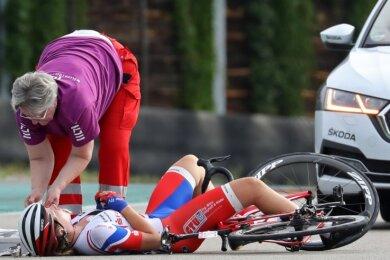 Nur Sekunden nach dem Sturz ist Ärztin Karola Richter bei Radsportlerin Pia Victoria Stender vom RV Kiel.