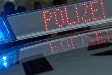 Die Polizei hat in der Nacht zu Donnerstag einen mutmaßlichen Autoräuber in Schneebergfestgenommen, der zwei Menschen mit einer Pistole bedroht haben soll.
