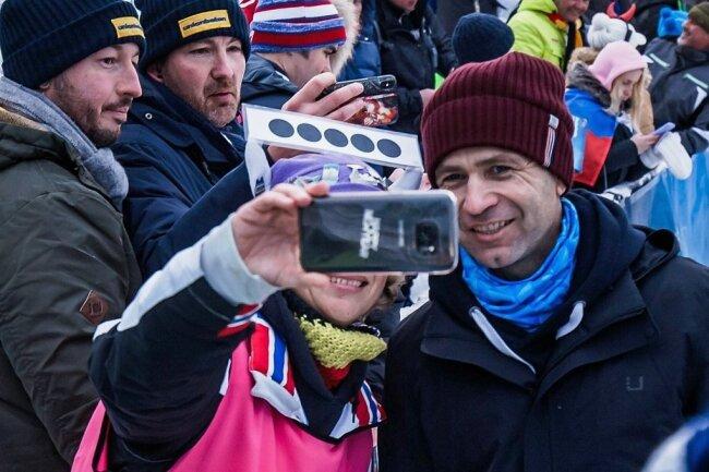 Selfies mit Ole Einar Björndalen sind der Renner bei den Biathlonfans in Oberhof.