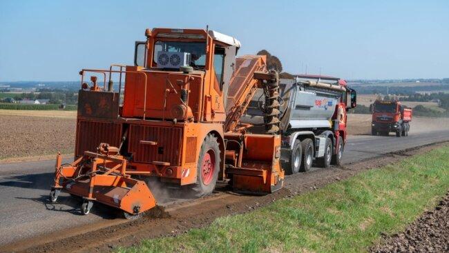 Auf Hochtouren läuft die Sanierung der Bundesstraße 175 zwischen Rochlitz und der Kreuzung Grüne Tanne. Mit spezieller Technik wird das Bankett im Auftrag des Bauunternehmens Wolff & Müller abgefräst.