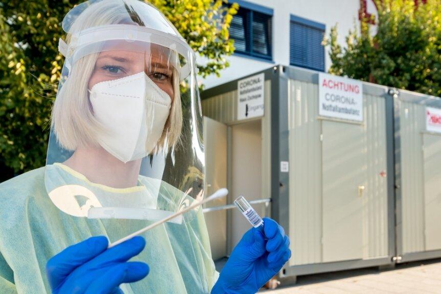 Pflegerin Sandra Lippmann gehört zum Team der Notaufnahme, das in der Corona-Teststation (Hintergrund) Abstriche aus dem Mund-, Nasen- oder Rachenraum von Patienten entnimmt.
