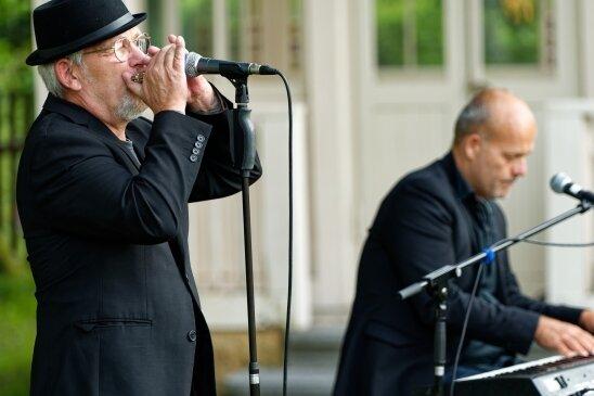 Jes Holtsø (links) und Morten Wittrock begeistern mit einem Konzert im Garten der Baldauf-Villa Marienberg.