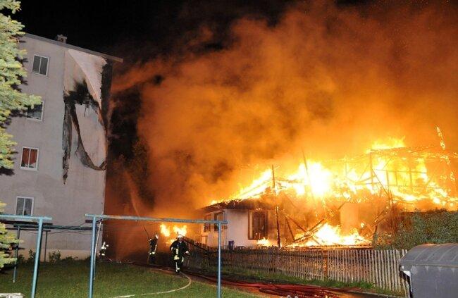 Brandschaden entstand auch an der Fassade eines nahegelegenen Mehrfamilienhauses.