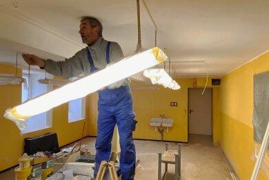 Elektriker Uwe Bauer kümmert sich bei seiner Arbeit unter anderem auch um die Prüfung und Installation der Elektrik im Keller der ehemaligen Grundschule Gornsdorf.