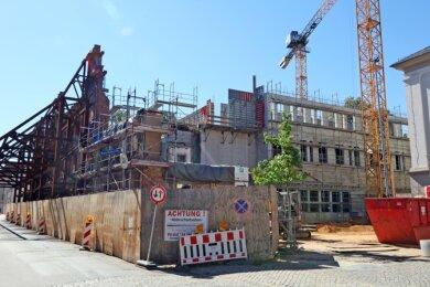 Die 140 Jahre alte rote Klinkerfassade wird seit mehr als einem Jahr von einem riesigen Gerüst gestützt. Dahinter wächst das neue Hochtechnologiezentrum der WHZ Stockwerk um Stockwerk in die Höhe.