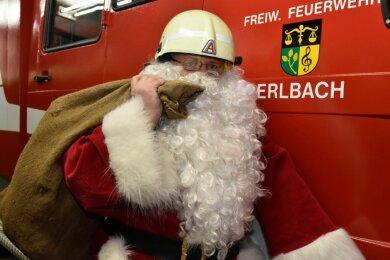 Die Freiwillige Feuerwehr Erlbach hat sich für Kinder eine Nikolaus-Überraschung ausgedacht. Ein Nikolaus allein wird die Arbeit nicht schaffen. Die Resonanz auf die Idee war überwältigend.