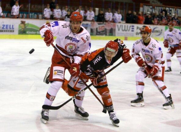 Timo Gams (in der roten Spielkleidung) gehört zu den Dauerbrennern. Der Stürmer kam in allen 49 Hauptrunden-Partien zum Einsatz. Er steht auf dem fünften Platz der internen Scorerwertung der Eispiraten.