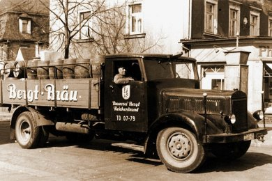 """Ein Bierlastwagen der Reichenbrander Traditionsbrauerei Bergt. Die Aufnahme stammt aus den frühen Jahren der DDR. Später verlor die Brauerei ihre Eigenständigkeit. Damit verschwand auch der Name """"Bergt-Bräu"""" für längere Zeit."""