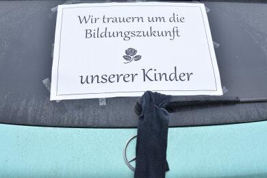 """Ein Autokorso mit etwa 50 Fahrzeugen fuhr am Samstag durch Markneukirchen. Der Protest stand unter dem Motto """"Wir trauern um die Bildungszukunft unsere Kinder""""."""