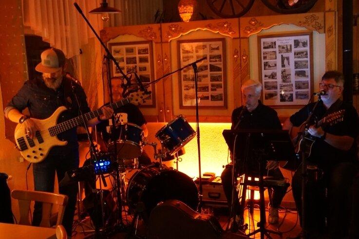 Die traditionelle Live-Nacht: The Dust Behind (Der Staub dahinter) spielte im Klingenthaler Sportlerwirt. Die 2004 gegründete Formation hat beim Klingenthaler Festival fast schon den Status einer Hausband.