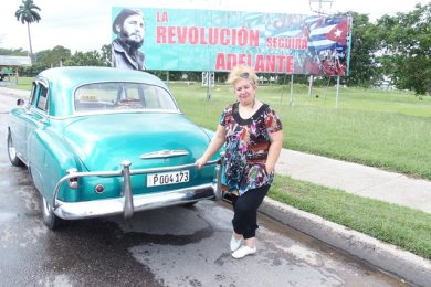 """Es lebe die Nostalgie: """"Die Revolution schreitet weiter voran"""", heißt es kämpferisch auf dem Plakat mit dem Konterfei des jungen Fidel Castro. Der einstige kubanische Herrscher hat das Leben von Ela Maria Rodriguez geprägt."""