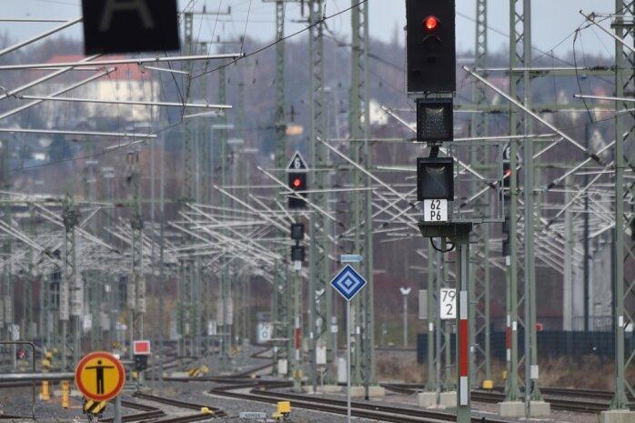 Es fährt kein Zug nach irgendwo: Die Signale im Chemnitzer Hauptbahnhof stehen auf Rot - zumindest was den Fernverkehr betrifft. Eine für 2019 versprochene Verlängerung der Verbindung Rostock-Berlin-Dresden nach Chemnitz kommt vorerst nicht.