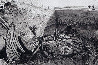 Sachzeuge aus einer Zeit mit vielen Fragezeichen: Das 1904 nahe dem Oslofjord in Norwegen als Teil einer Grabanlage entdeckte Wikingerschiff von Oseberg an seinem Fundort. Das 22 Meter messende Langschiff aus Eiche ist einer der aufschlussreichsten archäologischen Funde aus jener Zeit.