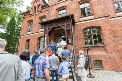 Über den Eingang zur Gaststätte und zum Fitness-Studio starteten die Führungen durch das Johannisbad.