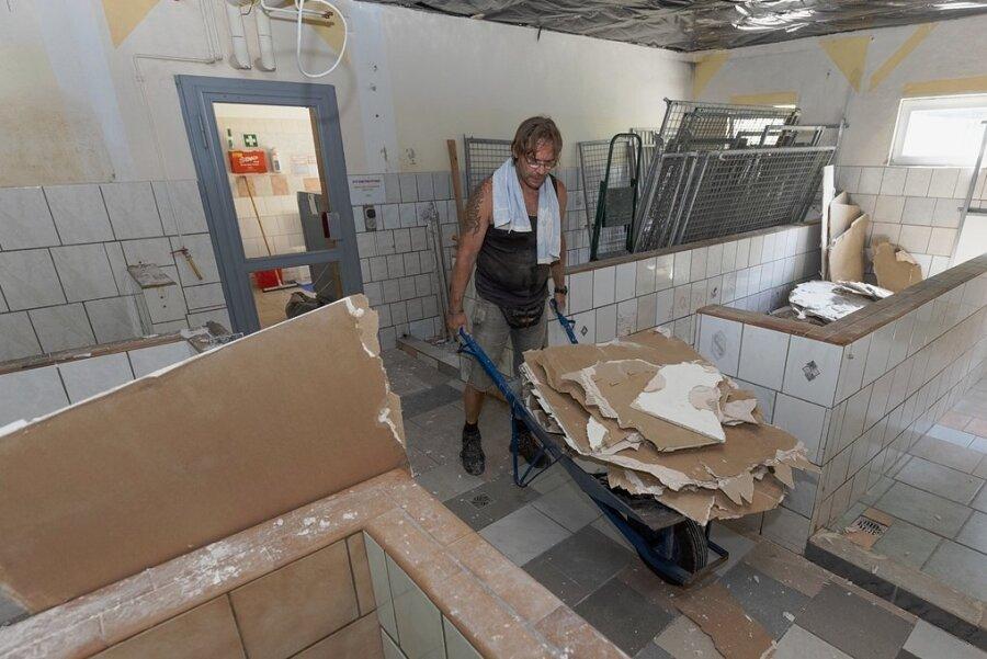 Sechs alte Zwinger im Tierheim sind mittlerweile beseitigt worden. Dafür hat etwa René Wetzel mit angepackt. Es sollen vier neue Hundezimmer entstehen.
