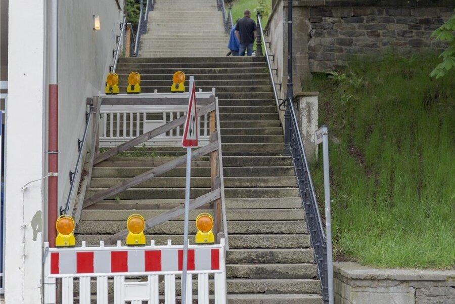 Über die halbseitig gesperrte Theatertreppe in Annaberg-Buchholz ärgern sich die Beschäftigten des Eduard-von-Winterstein-Theaters seit Jahren schon ebenso wie Passanten. Ab Montag soll die Anlage nun endlich repariert werden.