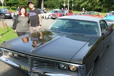 Tamara Schweige und Matthias Kuhnert nahmen mit einem Chrysler am Oldtimertreffen teil.