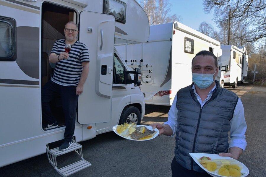 Hier serviert der Chef persönlich: Pierre Stengel vom Landhaus Adorf brachte Bestellungen seiner Gäste an die Wohnmobil-Türe. Mario Senebald (links) aus Plauen war begeistert von der Idee des Wohnmobil-Dinners.