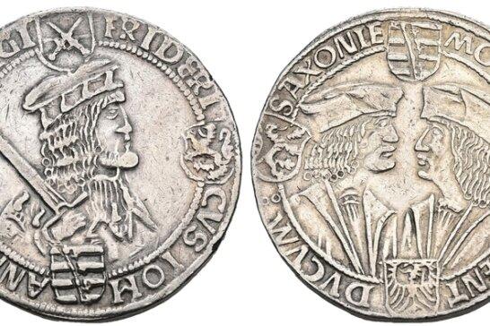 Kurfürst Friedrich der Weise mit Hermelinmütze (l.) sowie auf der Rückseite die Herzöge Albrecht und Johann mit einfachen Mützen.