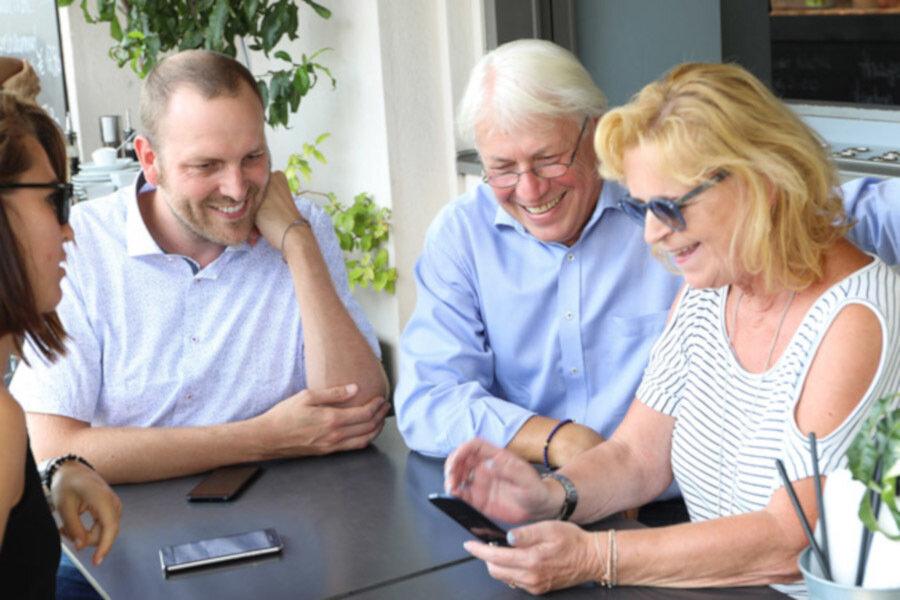 Smart unterwegs - Senioren nutzen den digitalen Impfpass.