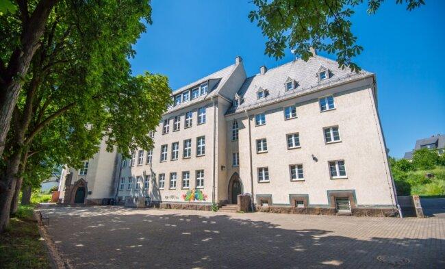 Das ehemalige Gymnasium in Thalheim: Derzeit befindet sich in einem kleinen Teil des Gebäudes die Montessorischule.
