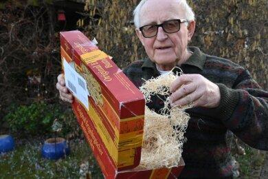 Gerd Krämer zeigt auf sein Weihnachtspaket, das nie bei seinem Arbeitskollegen eintraf: Die Verpackung kam zurück, aber ohne Stollen.