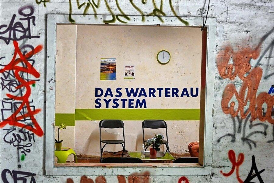 """Erfahrungen in einem Warteraum lässt Fabienne Margue in ihrer Installation """"Das Warteraum-System"""" aufleben."""