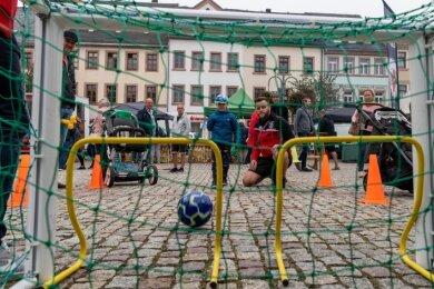 Zum ersten Mal beim Regionalmarkt präsentierte sich der BSC Motor Rochlitz mit einem Stand. Patrick Wießner, Jugendleiter Fußball beim BSC, zeigte dem vierjährigen Rudi, wie man richtig aufs Tor schießt.