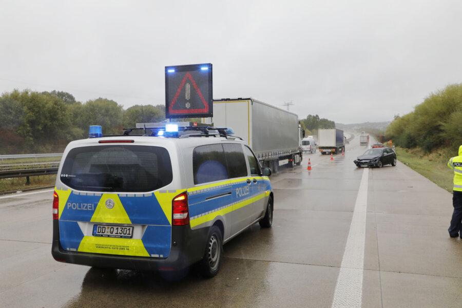 BMW fährt in Leitplanke - Fahrer verletzt