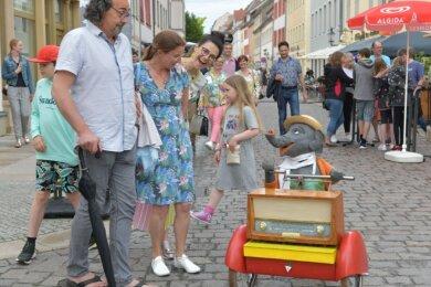 Jochen, der kleine Elefant. fuhr durch die Altstadt und sorgte für manche überraschte Blicke.