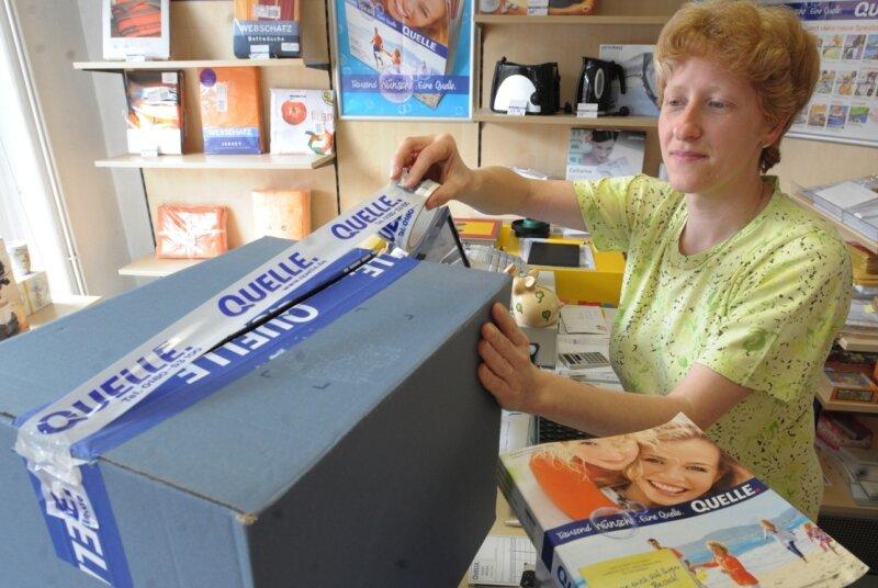 """<p class=""""artikelinhalt"""">Heike Franz vom Quelle-Shop in Niederfrohna. Die 40-Jährige geht nach einem Schreiben von Quelle davon aus, dass die Zusammenarbeit vorerst fortgesetzt wird. </p>"""