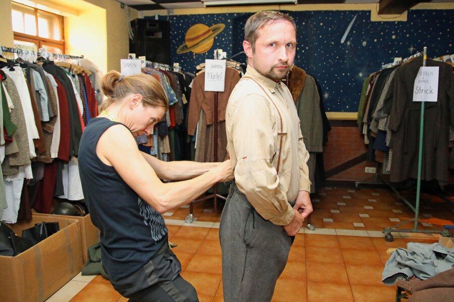 Mirko Hummel bei der Anprobe im Kostümfundus. Looks-Film hat dafür den Jugendclub in Blankenhain angemietet. Im benachbarten Haus des Gastes bezog die Produktionsleitung Position und führt von dort aus Regie.
