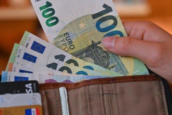 Schockanruf in Zwickau: 84-Jährige übergibt 100.000 Euro Bargeld an Betrüger