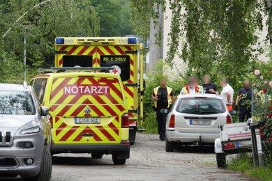 Polizei und Rettungskräfte am Tatort.