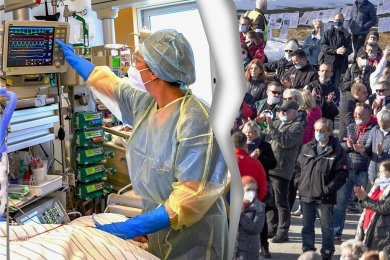 Vor einem Jahr wurde in Sachsen der erste positive Sars-Cov-2-Test registriert. Seitdem hat Corona das Leben im Freistaat umgekrempelt. Der Umgang mit der Pandemie sorgt innerhalb der Gesellschaft für teils starke Spannungen. Während für die einen der Schutz des Gesundheitswesens im Mittelpunkt absolute Priorität hat, halten die anderen wie etwa die Querdenker-Szene alle Maßnahmen für übertrieben.