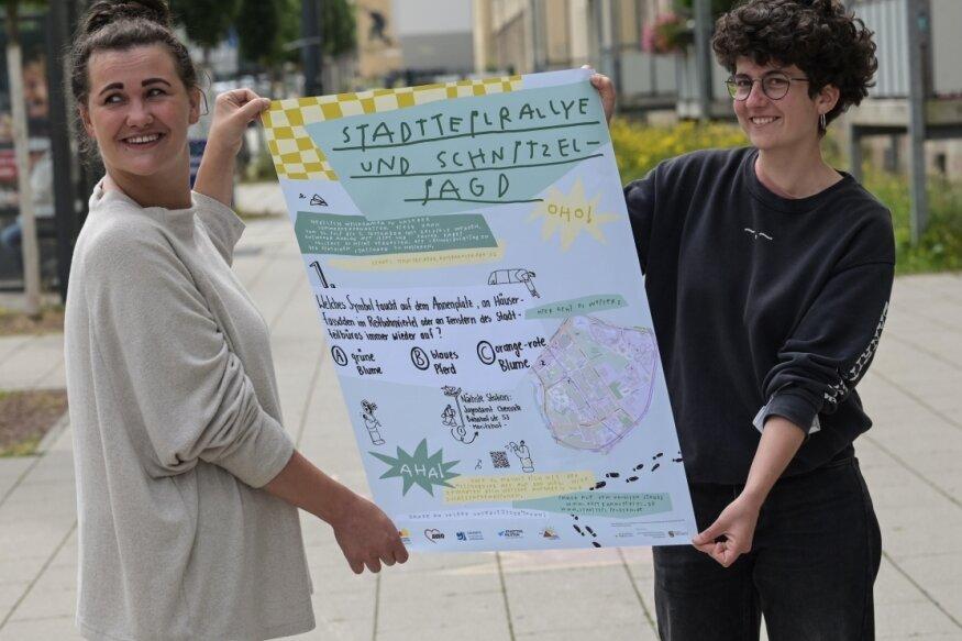 Ria Leonhardt (li.) und Johanna Richter zeigen eines der Plakate für die Rallye.