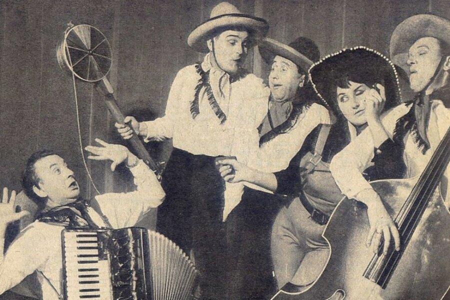 Susi Schuster mit den Vier Brummers bei einem Auftritt 1964.