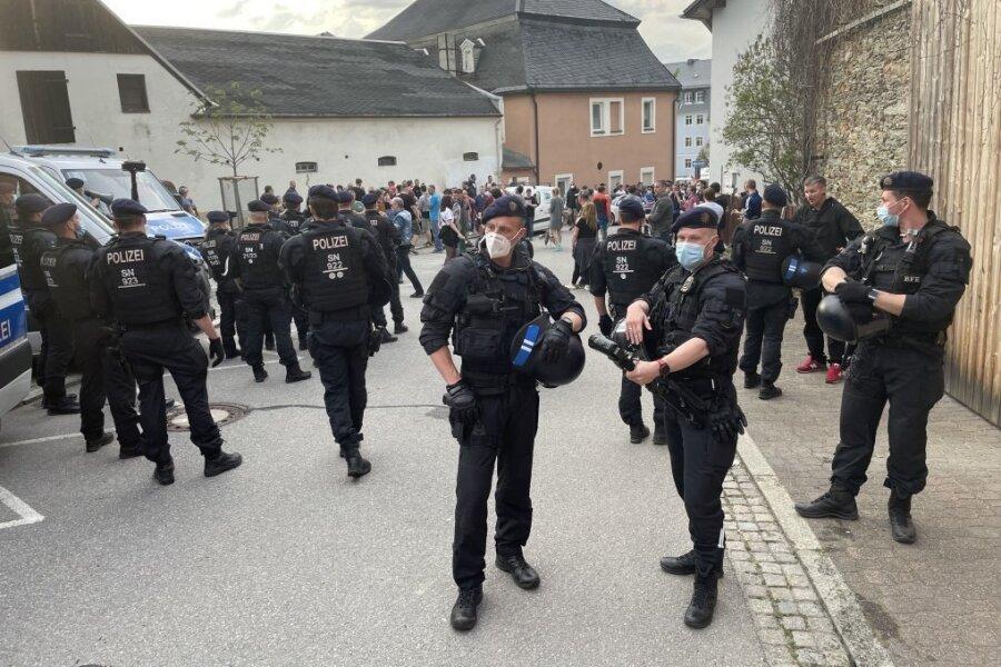 Beim sogenannten Corona-Spaziergang am Montag in Zwönitz sind acht Polizisten verletzt worden. Einem wurde dabei von einer 57-Jährigen in die Hand gebissen.