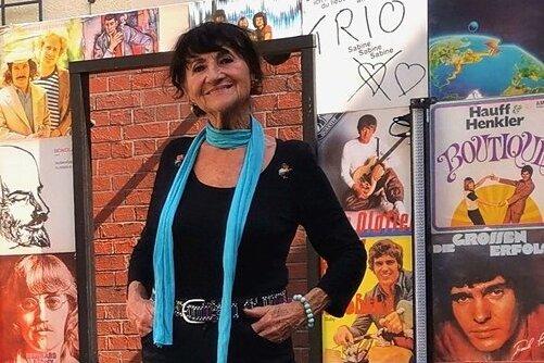 Susi Schuster auf der Bühne im Hof des Horchmuseums.