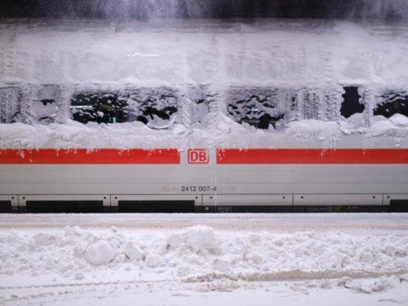 Schneefall und Glätte haben den Bahnverkehr in und um Sachsen teilweise zum Erliegen gebracht.