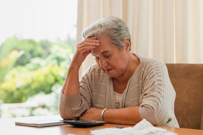 Oft überfordert: Rentner mit der komplizierten Steuererklärung.