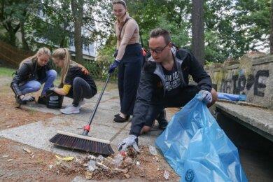 Unter anderem Emma van Leevwen, Lilly Härtig, Nadine Müller und Lucas Schreckenbach haben im Ifa-Park Müll eingesammelt.