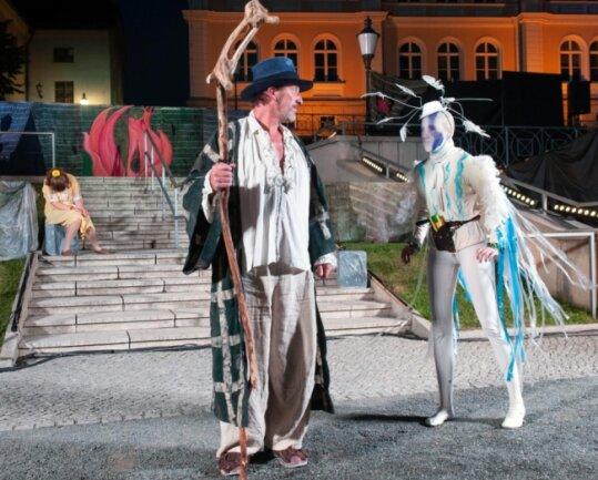 Prospero (Jörg Flessa) erteilt Ariel (Hanna Groß) neue Order. Hinten die schlafende Miranda.