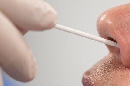 Corona-Schnelltests mittels Nasenabstrich sind mittlerweile Normalität. Die Regierung verfolge damit finstere Pläne, wird in einem inzwischen weit verbreiteten Mini-Video unklarer Herkunft behauptet.
