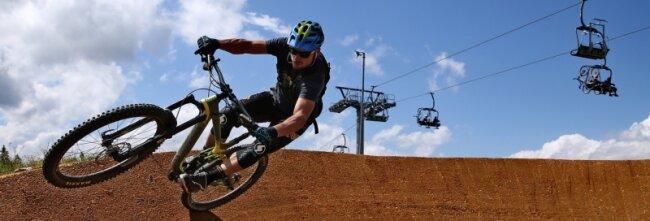 Tagestouristen steuern gezielt ausgewählte Attraktionen an, wollen in der Region etwas erleben. Im Bild: ein Mountainbiker in der Bike-Welt in Schöneck.